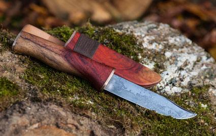 Damastmesser mit Holzscheide