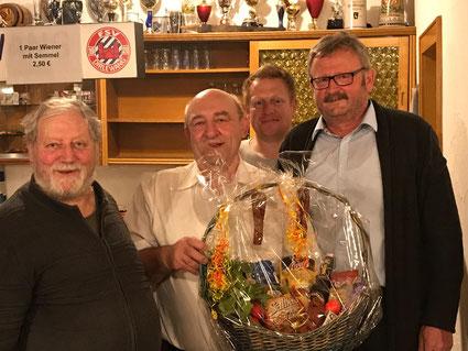 1. Vorstand Bernd Perzewski mit den Siegern des Preisschafkopfens