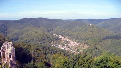 Blick von der Burgruine Neuscharfeneck über Ramberg zur Ramburg