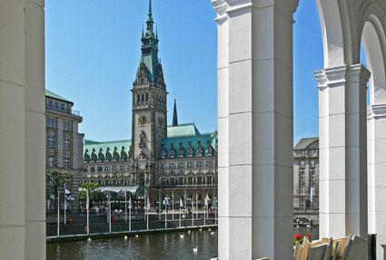 Rathaus aus den Arkaden heraus aufgenommen