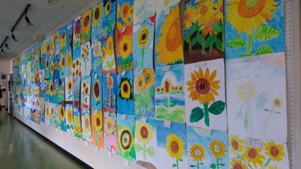 八街市内の小学生が描いた【ひまわりの絵】 八街市中央公民館1・2階の廊下に展示