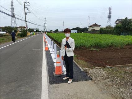 道路の両側に外側線、片側に防護柵設置