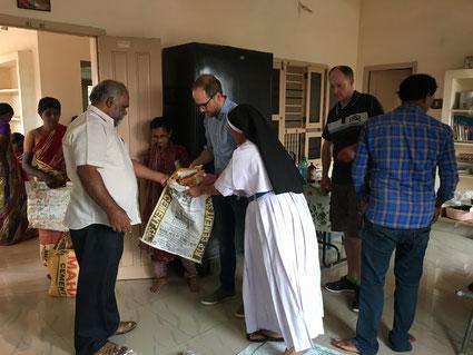 Bei einem Besuch 2018 konnten wir bei der Ausgabe der Nahrungsmittel helfen.