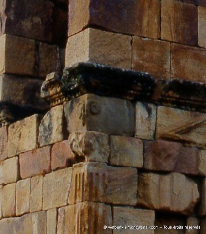 Sidi Ali-Bel-Kassem (Thuburnica) : Mausolée anonyme - Détail du chapiteau