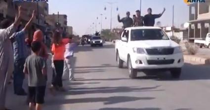 SDF-styrker kører ind i de fra 'Islamisk Stat' befriede byer