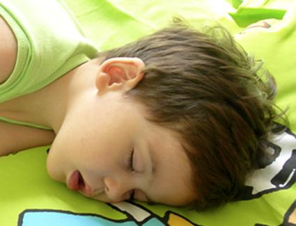 bambino che respira con la bocca aperta