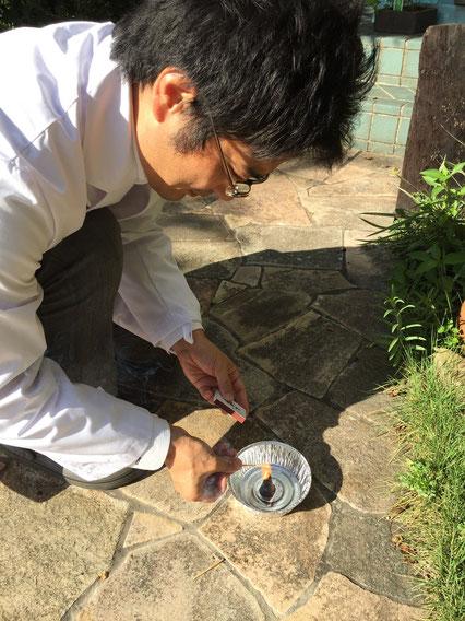 コーヒー豆のかすに火をつけるガーデンドクター柴ちゃん。