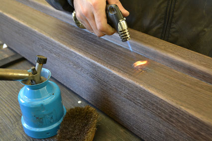 塗装の前には傷や割れ、焼逃しがないかも含め全て念入りに点検調整します。