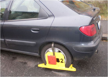 Eine Autokralle beim Falschparken in Tschechien