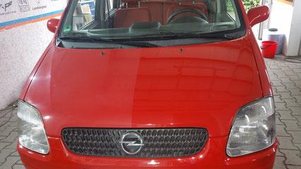 der Opel aus Raesfeld wurde ohne Lackschutz angeliefert. Nach Politur der Haube ist der Schaden erkennbar