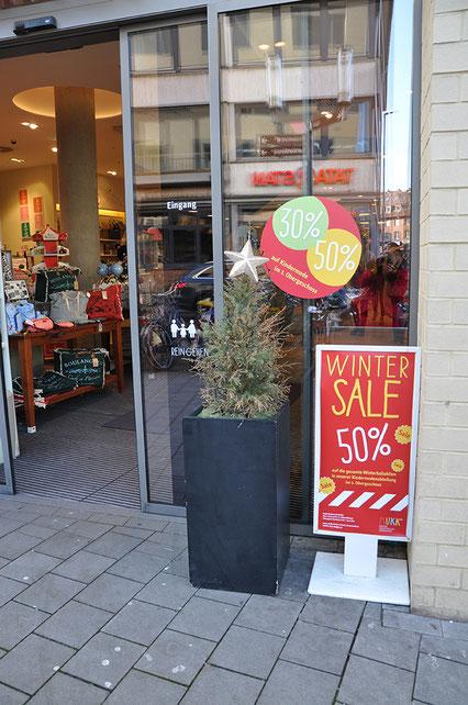 Image Design. Eingang der Firma MuKK, mit Kundenstopper und Sale-Aufkleber. Funkenflug Design Münster.