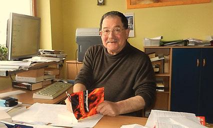 Heribert Blab freut sich darüber, dass sein neuer Roman fertig geworden ist. Foto: wbx