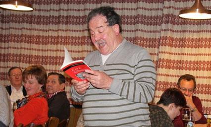 """""""A so a Schmatz"""": Heribert Blab erheiterte die vielen Zuhörer im Gasthaus Sturm mit Kostproben aus seinem neuen Buch. Foto: wbx"""