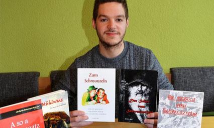 Enkelsohn Benedikt Elsner sorgt mit großer Begeisterung dafür, dass Heribert Blab und seine Bücher nicht in Vergessenheit geraten. Foto: Sturm