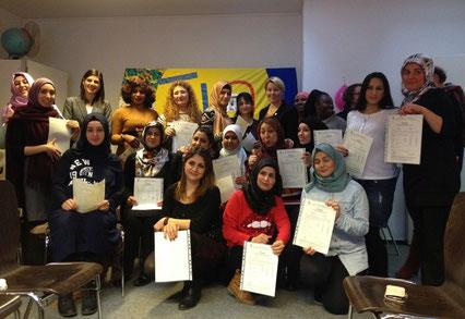 Die glücklichen Absolventinnen des TIO-Qualifizierungsprojektes mit  Frau Dr. Giffey und Frau Çağlar
