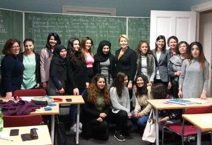 Bezirksbürgermeisterin Dr. Franziska Giffey und die Neuköllner Abgeordnete Derya Çağlar (MdA) beim TIO-Girls' Studio