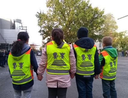Gerade in der dunklen Jahreszeit sollten Kinder auf dem Schulweg Sicherheitswesten oder reflektierende Kleidung tragen.