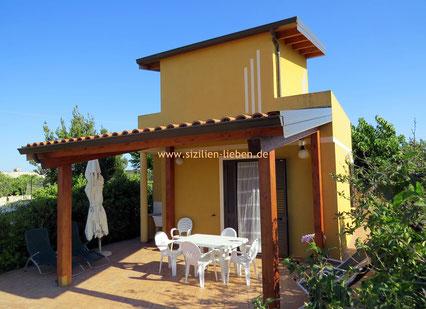 Casa Emanuela ist ein niedliches kleines Strandhäuschen mit umlaufendem Balkon