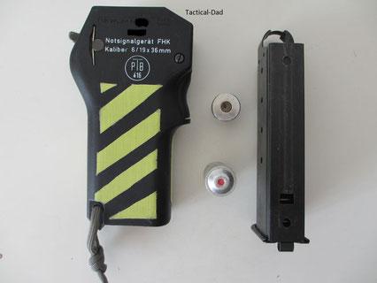 HK Notsignalgerät mit einer vollen und einer abgeschossenen Patrone.