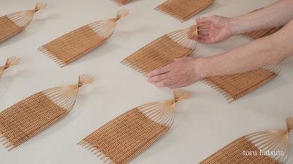 竹籠に両手を添えるとこれくらいの寸法です