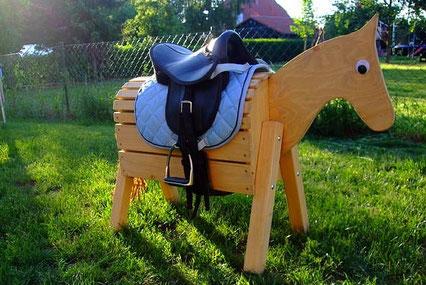 Unser Holzpferdeshop bietet eine große Anzahl hochwertiger Holzpferde zum Kauf an.