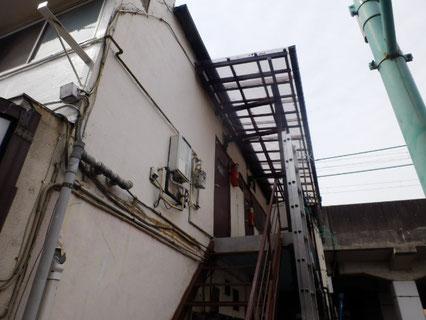 施工前 クラックや激しい傷みが多数。