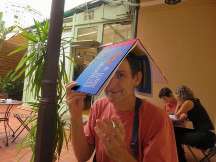 Albert Pla, Llibreria Laie, 14 de setembre. Va riure la broma d´Eurovisió i va jugar a fer de García Màrquez amb el llibre. Talladet descafeinat i bon rotllo.