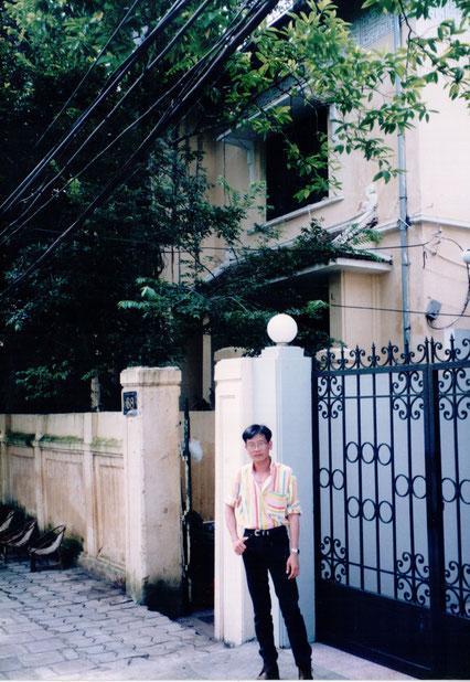 1997. KIM-KHÔI DEVANT LA GRILLE. A LA RECHERCHE DE SES RACINES DU NORD.