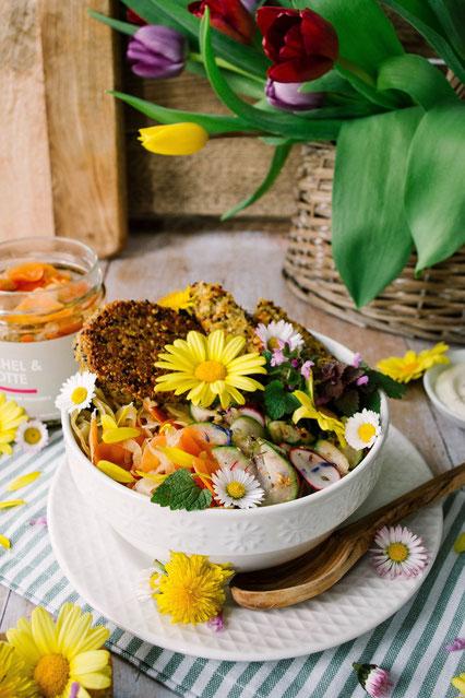 Veganes Bowl Rezept mit essbaren Blumen zum Muttertag