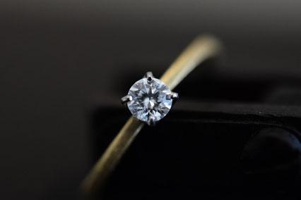 リング腕部分はK18ゴールド、ダイヤを留める台座はシンプルなプラチナの4本爪、普段どんなスタイルにもマッチしそう