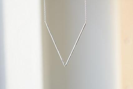 V字のネックレス