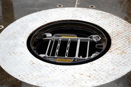 たとえマンホールの蓋が外れても落下防止器具がついています。