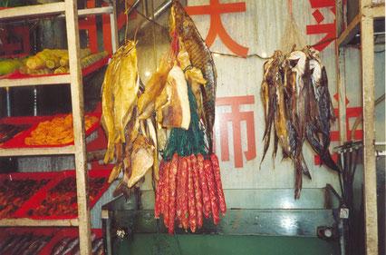 öffentliche Speisekarte vor einem Restaurant in Wuhan/China, 2001
