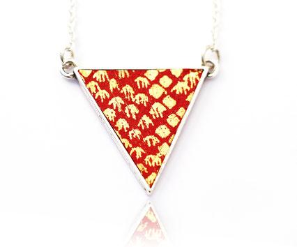 sarayana, création bijoux, bijoux en cuir, bijoux fait main, collier géométrique, collier triangle, collier cuir, collier rouge doré, bijoux géométrique, bijoux triangle,