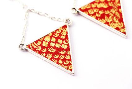 boucles d'oreilles géométriques, boucles d'oreille triangle, traingle cuir, boucles oreille cuir, bijoux géométrique, bijoux triangle, bijoux cuir, création bijoux, bijoux fait main, boucle d'oreille rouge doré