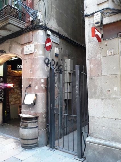 Самая узкая улица Барселоны