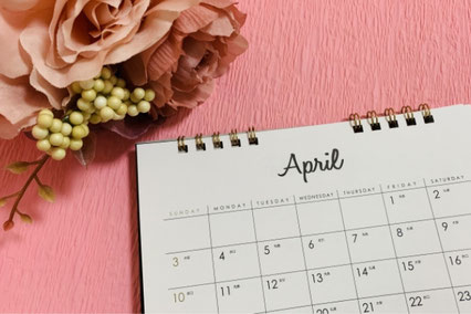 レースのナプキンが敷かれたピンクのお皿に盛りつけられたいちごのタルトケーキ。2本のフォーク。
