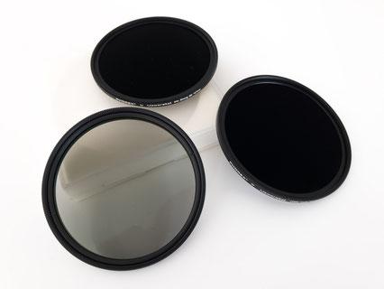 Polfilter (durchsichtig) und ND-Filer (schwarz) in zwei verschiedenen Stärken