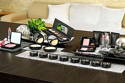 Tisch mit dekorative Kosmetik Puder und Lidschatten