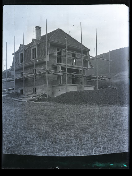 «Die Villa»: Das Wohnhaus, in dem später Lehrer Arthur Hort wohnte, im Rohbau. (Glas-Negativ von Schreiner August Studer, 1928)