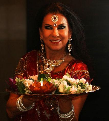 Bollywood Tänzerin mit Lichtertablett für Bollywood Auftritt