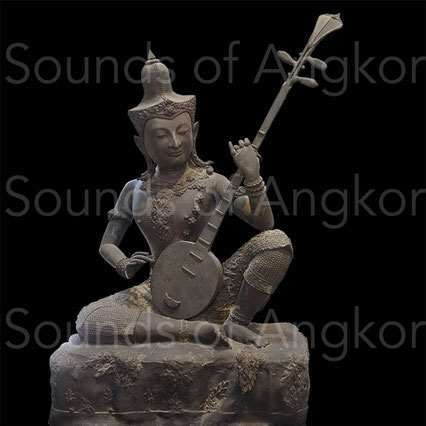 Divinité musicienne. Bronze. Style de Bangkok, XIXe-XXe siècle. L'instrument est muni de trois chevilles. Propriété du Musée national de Bangkok depuis l'origine.Divinité musicienne. Bronze. Style de Bangkok, XIXe-XXe siècles. L'instrument est muni de tro