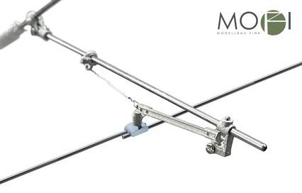 Der justierbare Leichtbauseitenausleger von MOFI für die Gartenbahn mit dem Fahrdrahtclip für eine einfache Installation der Oberleitung.