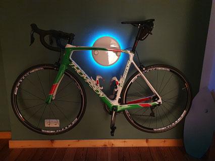 Wandhalter Wandmontage Halterung Fahrrad Rennrad Holz mit Beleuchtung LED Bike wall mount Thompson weiß glanz