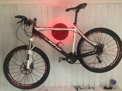 Wandhalter Wandmontage Halterung Fahrrad MountainbikeHolz mit Beleuchtung LED Bike wall mount rot Scapin
