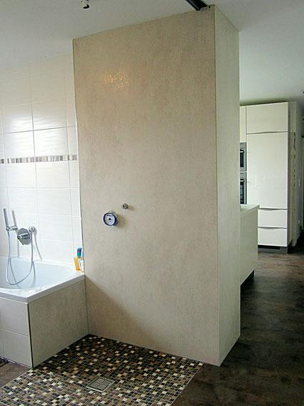 fugenfreie Wandverkleidung der Duschwand aus Feinsteinzeug