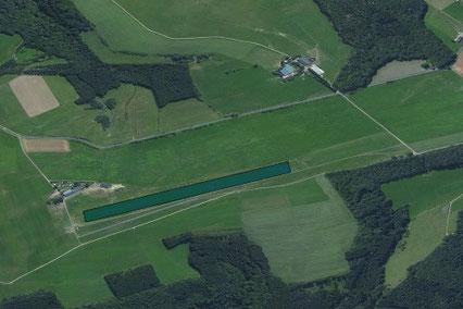 Blick von Norden auf den Flugplatz mit Markierung der Landebahn