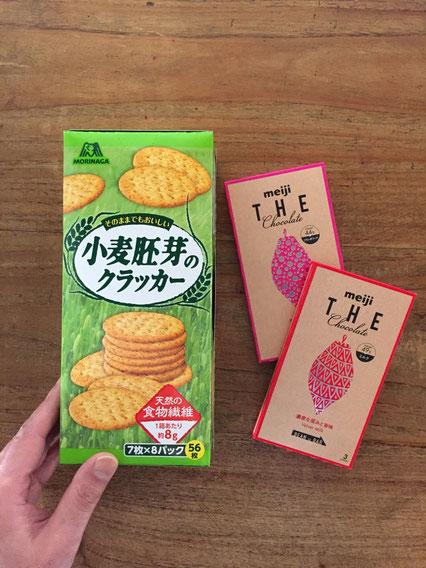 「今はまっているお菓子です♪」といただいた♪ チョコはまだ食べてませんが、胚芽のクラッカー、、いいですね~♪ 「リッツ」を思い出す味でした♪