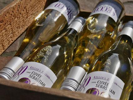 Weinflaschen in Holzkiste