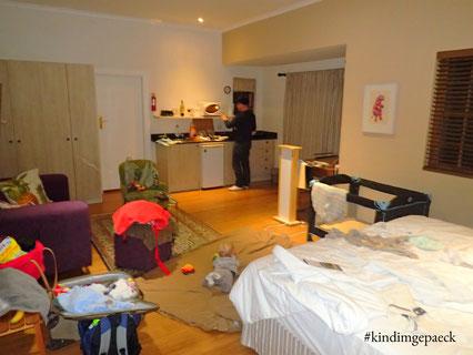 Unser Zimmer im Cape Khamai Guesthouse - sieht aus als habe eine Bombe eingeschlagen, doch es sind nur wir ;-)